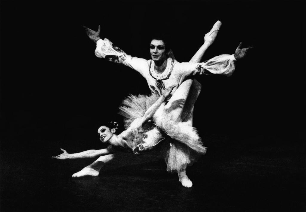 """Birgit Keil und Vladimir Klos 1977 in der berühmten """"Fisch""""-Pose (in der schwierigen Variante) in """"Dornröschen"""". Foto: Privatbesitz Birgit Keil, aus dem besprochenen Buch"""