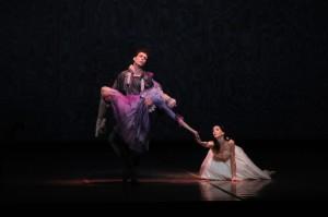 """Die """"Kameliendame"""" träumt noch ein letztes Mal von Manon Lescaut, sieht sie tot in den Armen des treuen Geliebten. Dann stirbt auch sie. Foto: Charles Tandy"""