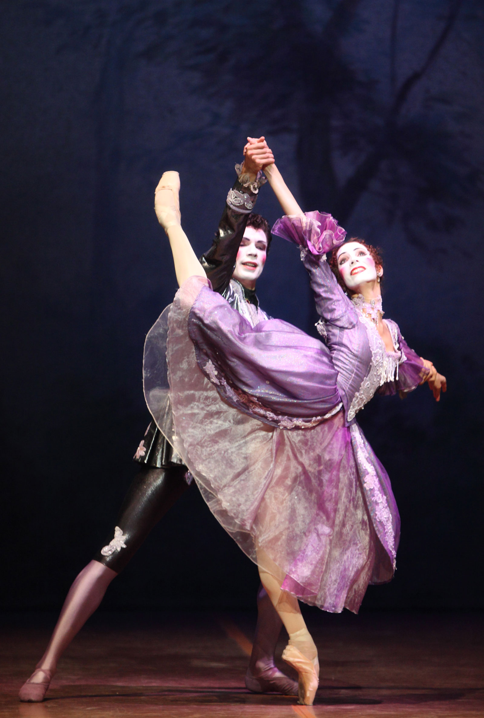 """Daria Sukhorukova tanzt die Manon: eine poetische Vorläuferin, Seelenverwandte und auch eine Art Todesengel der """"Kameliendame"""". Foto: Wilfried Hösl"""
