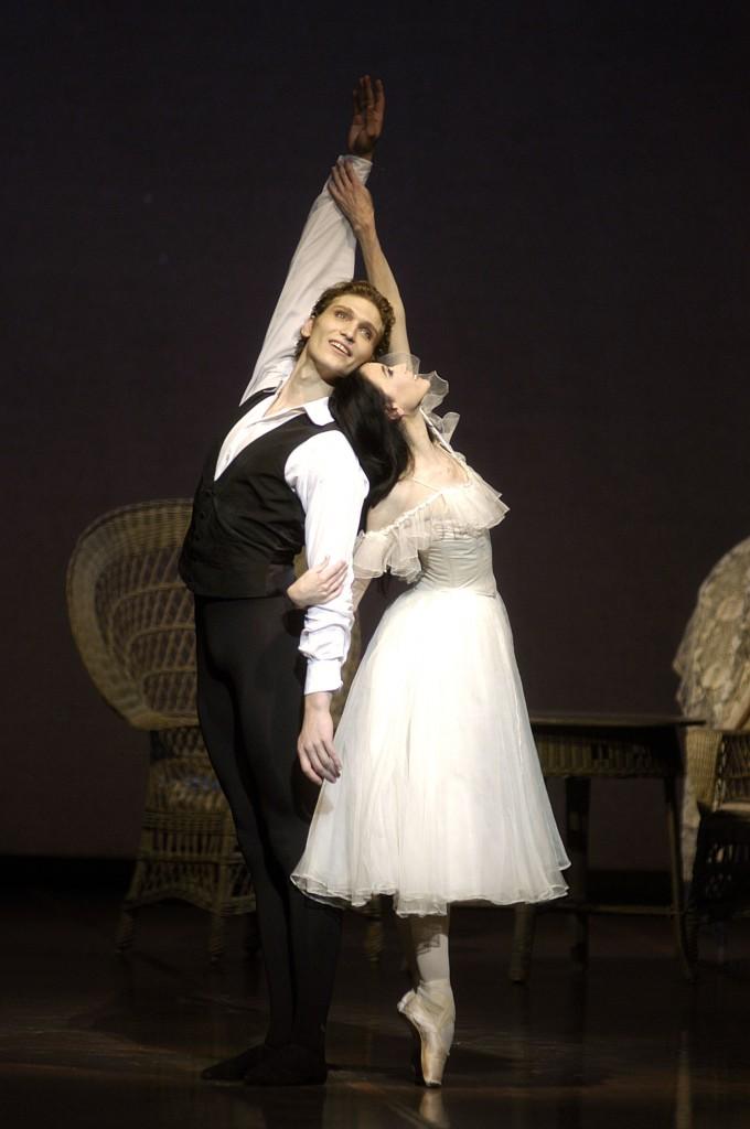 """Das höchste Glück in dieser Geschichte: Der """"Weiße Pas de deux"""" von Marguerite (Lucia Lacarra) und Armand (Marlon Dino), als sie auf dem Land ein neues Leben beginnen. Foto: Charles Tandy"""