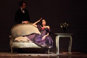 Belustigt lässt Marguerite (Lucia Lacarra) sich umschwärmen – bis sie die große Liebe trifft. Foto: Wilfried Hösl