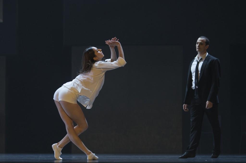 Wenn Julia auf Romeo trifft, dann knallt es! Stijn Celis' Inszenierung ist flippig, erotisch, mitreißend. Foto: Costin Radu