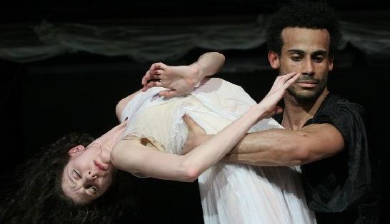 """Amilcar Moret Gonzalez und Hélène Bouchet als unglückliches Liebespaar in Neumeiers """"Othello"""". Web-Foto: Holger Badekow"""