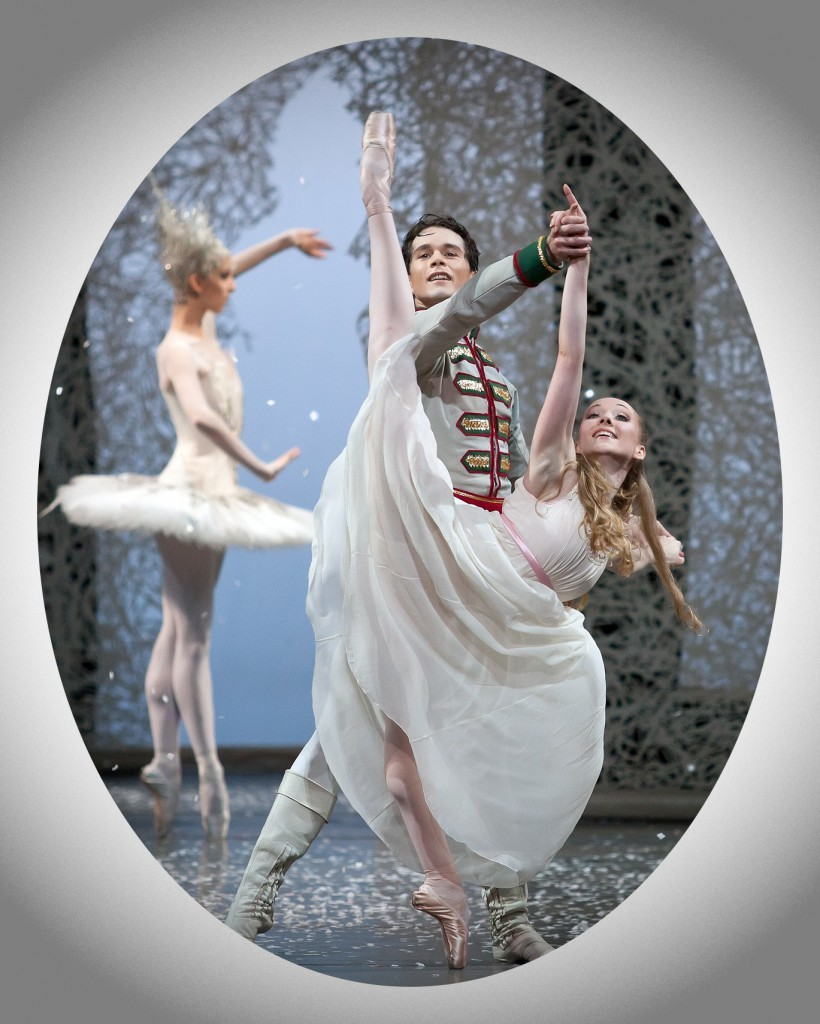 Der Nussknacker tanzt im Traum eines Mädchens mit seiner Braut