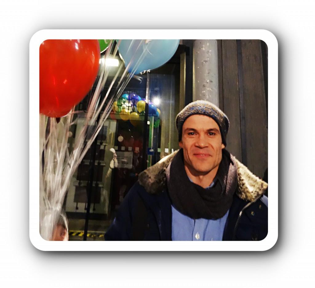 Carsten Jung mit bunten Ballons