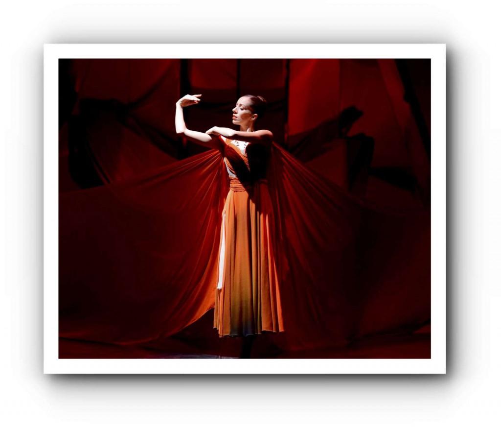 "Rachele Buriassi in Sidi Larbi Cherkaouis ""Feuervogel"". Foto: Stuttgarter Ballett"