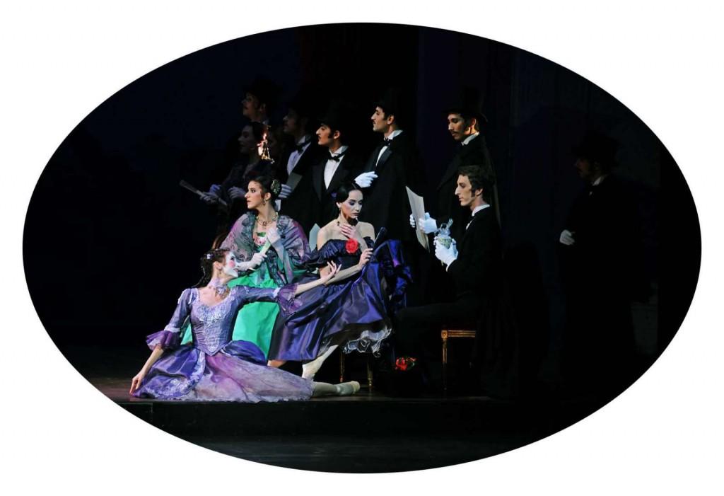 """""""Die Kameliendame"""" mit Lucia Lacarra beim Bayerischen Staatsballett: Als Spiel im Spiel begegnet die Titelfigur der Manon Lescaut... Foto: Charles Tandy"""