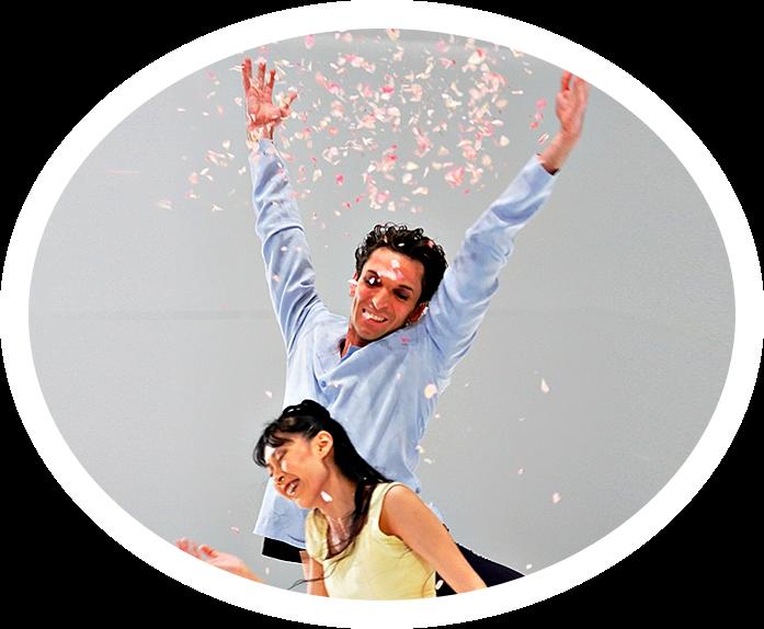 """Raphael Coumes-Marquet tanzt den Albrecht in David Dawsons """"Giselle"""" seit der Uraufführung. Hier im Kirschblütenregen  beim glücklichsten Moment mit Yumiko Takeshima als Giselle.  Foto: Costin Radu"""