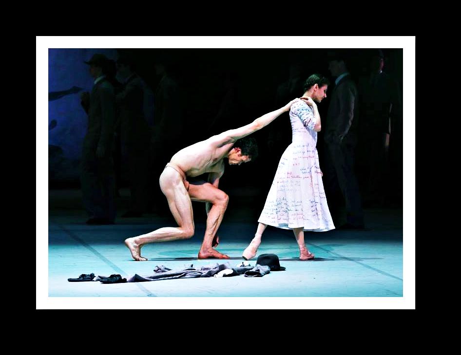Noch einmal das Ende des Abends: Peer Gynt kehrt endlich zu Solveig heim, hier die Premierenbesetzung mit Carsten Jung und Alina Cojocaru. Foto: Holger Badekow