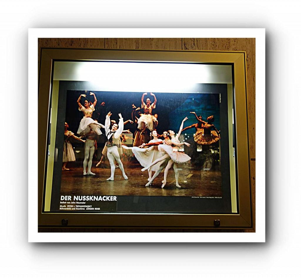 Madoka ist ein eher unschönes Beispiel für eine tänzerische Entwicklung. Sie startete als Lausanne-Gewinnerin mit zauberhaften Balancen und sehr anmutigen Gesten. Auch in Neumeiers Nachwuchs-Company, dem Bundesjugendballett, fiel sie oft mit schöner Intensität auf. Seit sie im Hamburg Ballett tanzt, sank ihr künstlerischer Stern aber kontinuierlich. Mittlerweile scheint aller emotionaler Ausdruck aus ihrem Körper gewichen. Ob das ein Dauerzustand wird oder sich nochmal ändert - keine Ahnung. Es gibt nun mal unvorhersehbare Tendenzen im Ballett, sowohl ins Positive als auch ins Negative.