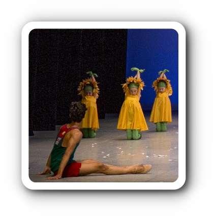 """Ricardo U. Reyes (vorne) verkörpert den Sonnenschein oder auch: Sunnyboy in """"Eine Reise durch die Jahreszeiten"""", hier mit einer Gruppe von höchst künstlerisch tanzenden Blumen! Foto: Kiran West (Auszug)"""