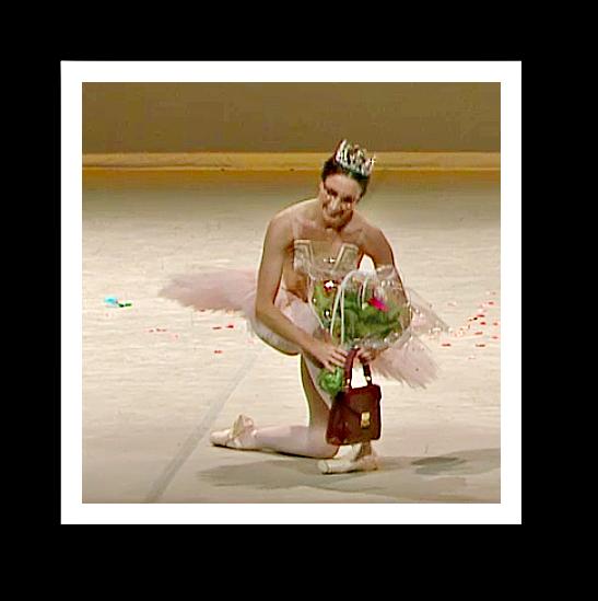 """Laura Cuthbertson beim Verbeugen nach der Nummer """"Grand Pas de deux"""" von Christian Spuck - mit den dazu gehörenden Requisiten. Videostill von concert.arte: Gisela Sonnenburg"""