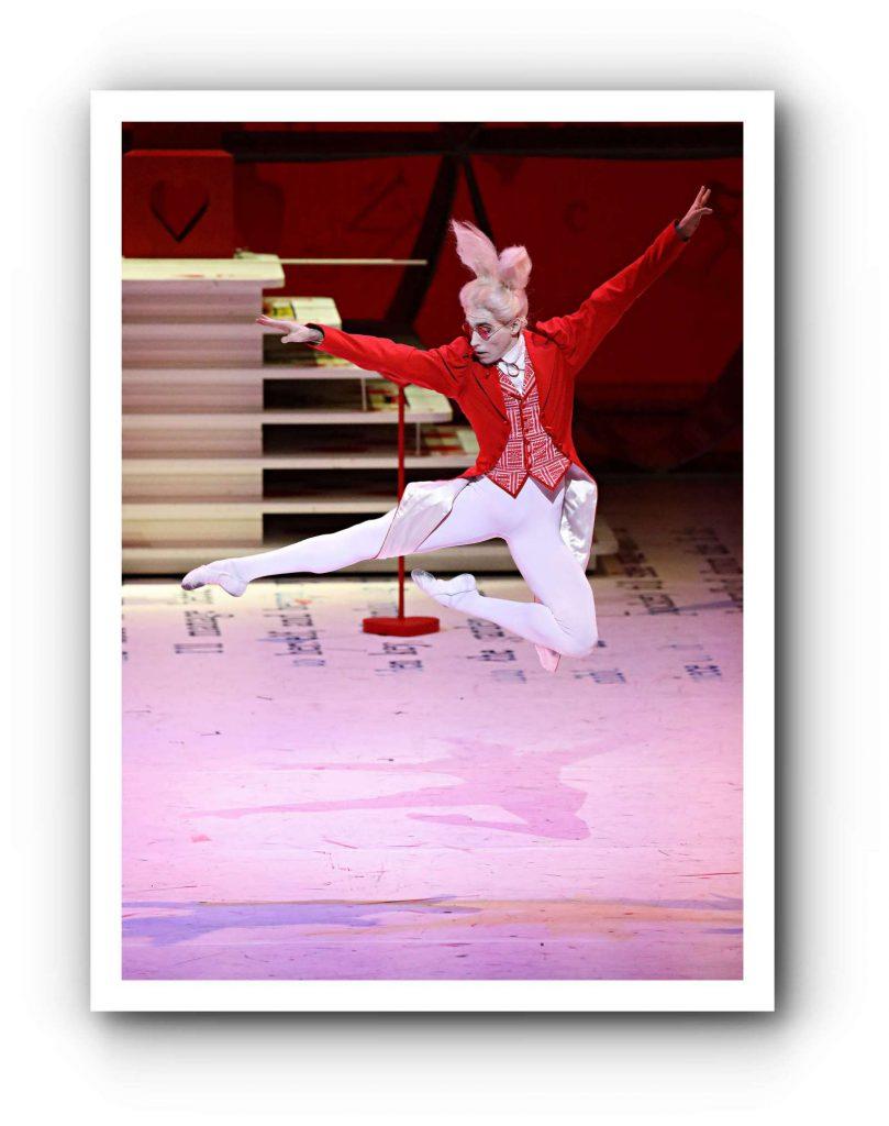 Alice tanzt durchs Wunderland