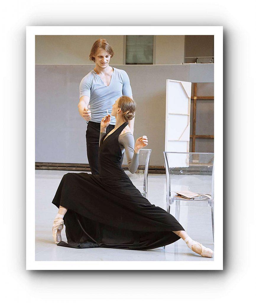 """Aleix Martínez probt enthusiastisch das große Solo von Lewin in """"Anna Karenina"""", dem neuen Ballett von John Neumeier. Foto: Gisela Sonnenburg"""