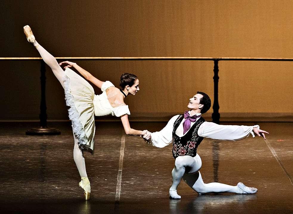 """Vergnügen mit Arabesken: Die Geburtstagsgesellschaft in """"Der Nussknacker"""" von John Neumeier beim Hamburg Ballett. Foto: Kiran West"""