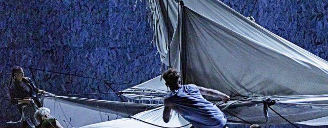 """Graues Tuch ist Trumpf in """"Plateau Effect"""" von Jefta Van Dinther beim Staatsballett Berlin"""
