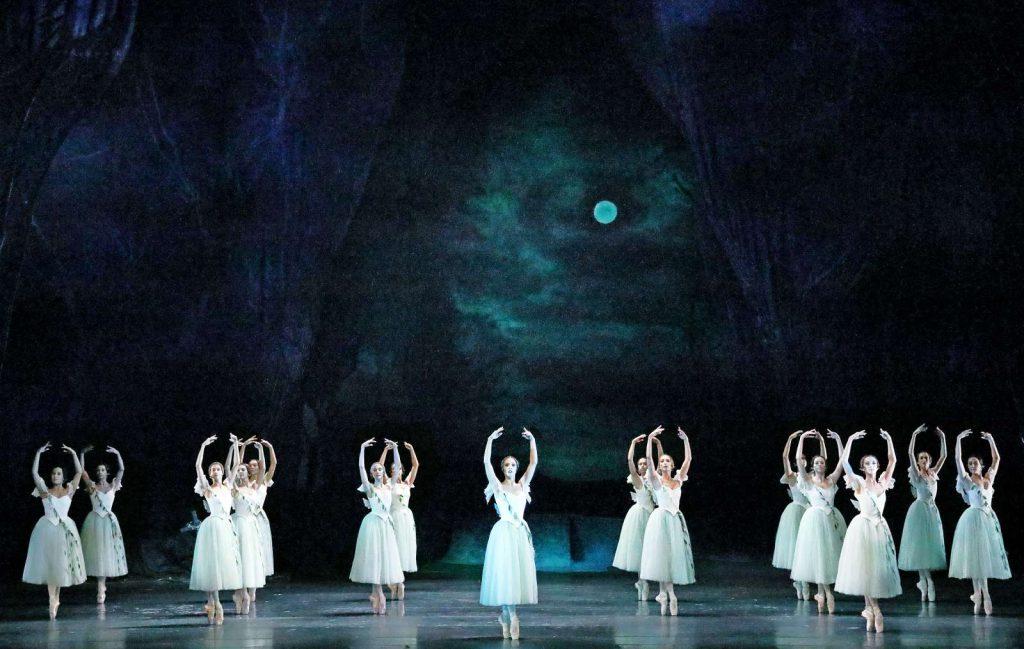 """""""Giselle"""", klassisch-romantisch von Thomas Mayr inszeniert, beim Bayerischen Staatsballett"""