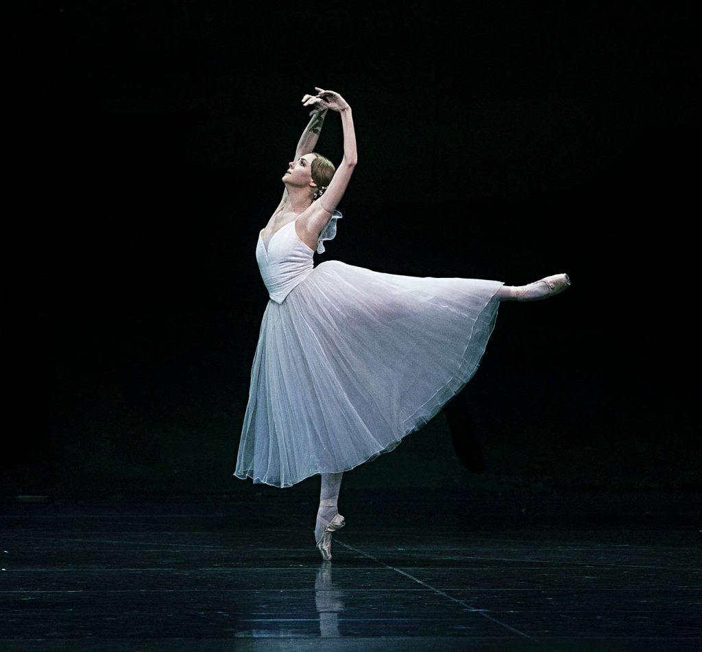 Gefällt Ihnen dieser Beitrag? Auch Journalismus ist harte Arbeit! Sie geben für so vieles Geld aus. Unterstützen Sie bitte auch das Ballett-Journal! Spenden Sie! Oder inserieren Sie! Im Impressum finden Sie die Kontakt- und Mediadaten. Und: Kein Medium in Deutschland widmet sich so stark dem Ballett und bestimmten Werten wie das Ballett-Journal! Sagen Sie dazu nicht Nein. Honorieren Sie das! Und freuen Sie sich über all die Beiträge, die Sie hier im Ballett-Journal finden. Es sind schon rund 700 Beiträge, und sie entstanden ohne Subventionen oder Fördergeld. Wir danken Ihnen darum von Herzen für eine Spende - im Gegenzug finden Sie hier reichlich Informationen und Hilfen für Ihre Meinungsbildung.