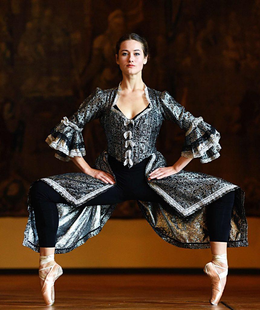 Laura Tiffany Schmid tanzt zwei Stücke von Gisela Sonnenburg im Kino Babylon in Berlin